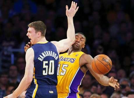 Pacers vs. Lakers:Metta World Peace (15) recibe un codazo de parte deTyler Hansbrough (50).