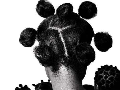 El cabello crece toda la vida y no se pudre después de la muerte. Algunas civilizaciones piensan que tiene poderes mágicos. Para otros, esta hipótesis es descabellada. Más allá de lo que creamos, lo cierto es que el cabello dice mucho de cada uno de nosotros. La exposición Querido cabello, que se lleva a cabo en el museo Quai Branly de París, explora el tema en profundidad.