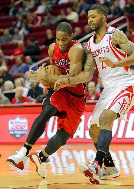 Raptors vs. Rockets: DeMar DeRozan (10) supera la marca de Marcus Morris (2).