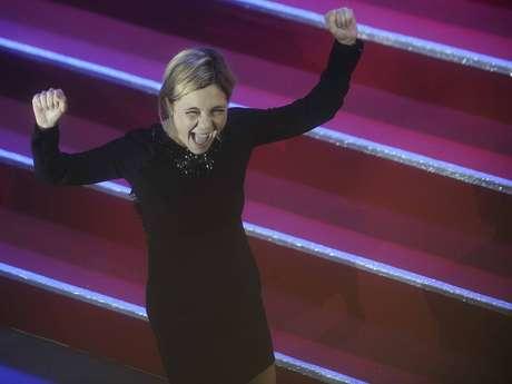 Adriana Esteves vibra ao receber o prêmio de Melhor Atriz
