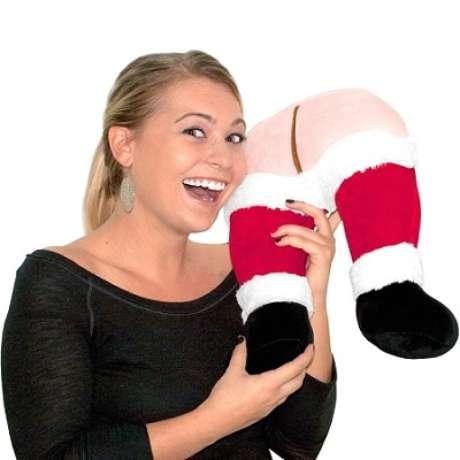 En la temporada de fiestas, todos buscan ser originales a la hora de hacer regalos, pero en algunos casos, los productos elegidos son un verdadero desastre. Conoce los 10 regalos más estúpidos de la temporada.<br />Santa's Farting Butt Travel Pillow: Almohada de Santa Clauss que se tira pedos. No hay que explicar demasiado por qué es un regalo estúpido. Tras emitir el sonido del pedo, el juguete dice Huele como Navidad.<br />