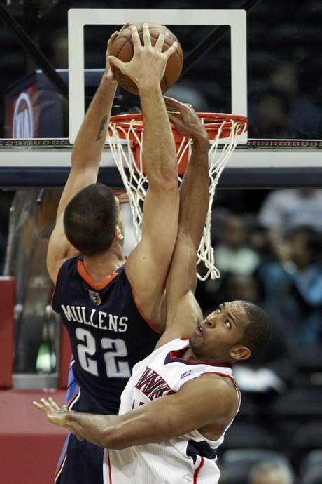 Byron Mullens (22), de los Bobcats de Charlotte, intenta encestar sobre la defensa del dominicano Al Horford, de los Hawks de Atlanta, en la primera mitad del juego del miércoles 28 de noviembre de 2012, en Atlanta.
