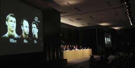 Tela mostra indicados para a Bola de Ouro da Fifa 2012: Cristiano Ronaldo (E) de Portugal, Andres Iniesta, da Espanha, e Lionel Messi, da Argentina, em São Paulo. 29/11/2012