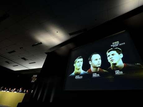 Messi e Cristiano Ronaldo voltam a duelar; o intruso dessa vez é Iniesta