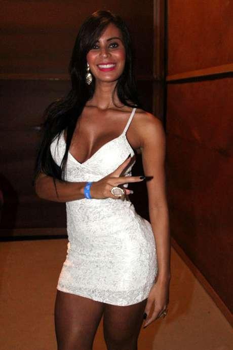 De vestidinho branco, Lorena Bueri curtiu o show de Gusttavo Lima em São Paulo