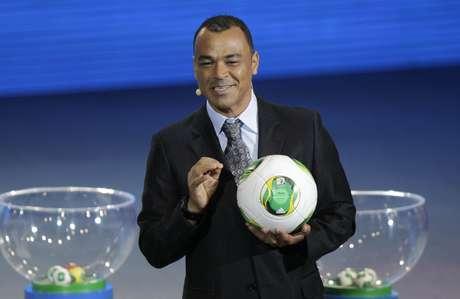 Cafú bromeó durante la presentación del balón de la Copa Confederaciones.