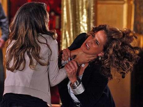 Morena (Nanda Costa) perde a cabeça ao perceber que foi enganada por Wanda (Totia Meirelles)