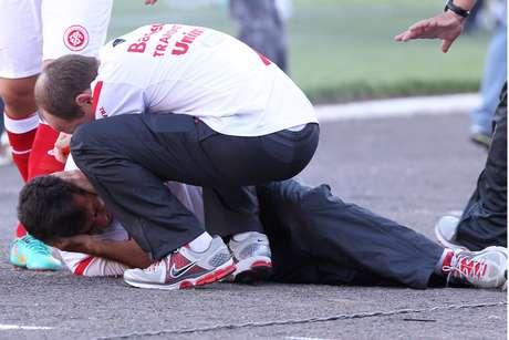 Gallo é socorrido após ser atingido por rojão no último Gre-Nal do Estádio Olímpico