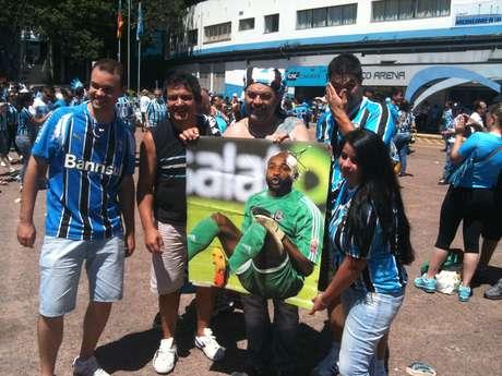 Gremistas relembram eliminação do Inter no Mundial de 2010 e provocam com cartaz do goleiro Kidiaba