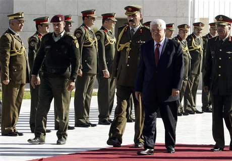 Palestinian President Mahmoud Abbas (2nd R) reviews an honour guard during a ceremony in the West Bank city of Ramallah December 2, 2012. Israel said on Sunday it was withholding this month's transfer of tax revenues to the Palestinian Authority, after the United Nations' de facto recognition of a Palestinian state.