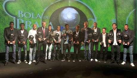 Além de melhor jogador do Brasileiro, meia Ronaldinho também conquistou Bola de Prata