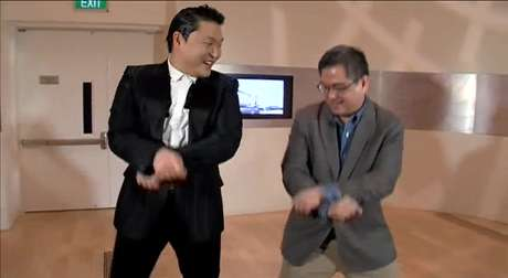 Psy ensinou a dança a repórter