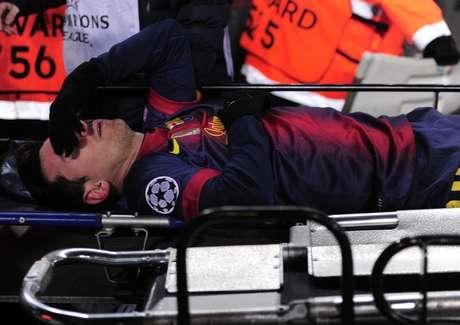 Messi tuvo que dejar el campo en camilla después de lesionarse.