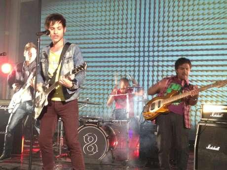 """<em><font color=""""#222222""""><font face=""""Arial, sans-serif""""><font size=""""2"""" style=""""font-size: 9pt""""><span lang=""""es-ES""""><span style=""""font-style: normal"""">Juan Pablo Pulido, Tony Facuseh y Sebastián Lascano crearon hace diez años una banda que se montaba en la ola del pop punk que supo brillar a principios de los 2000, con bandas como Blink 182, Sum 41 o New Found Glory. 8 Kilómetros fue el resultado, que ahora, diez años después tiró su mejor golpe con la invitación al SXSW. </span></span></font></font></font></em>"""
