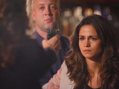 Wanda ameaça Morena com uma arma, após levar surra da jovem na Turquia