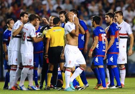 Luís Fabiano foi expulso após discussão e tentativa de agressão aos 13min do primeiro tempo