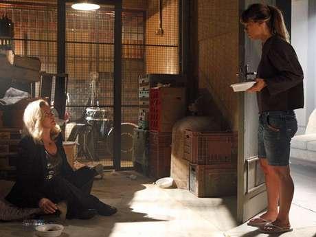 Jéssica (Carolina Dieckmann) leva um prato de comida para Morena (Nanda Costa), mas dá de cara com Irina (Vera Fischer)