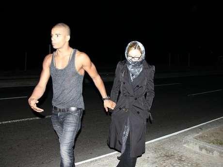 Madonna usó pañuelo y lentes para evitar ser registrada por las lentes de los fotógrafos, pero aún así no logró pasar desapercibida.<br />