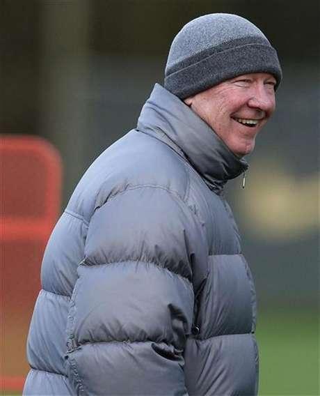 O técnico do Manchester Unites, Alex Ferguson, ri durante treinamento no complexo Carrington, em Manchester, norte da Inglaterra. Ferguson disse nesta sexta-feira que acredita que o título inglês deste ano ficará ou com seu time ou com o arquirrival Manchester City. 04/12/2012