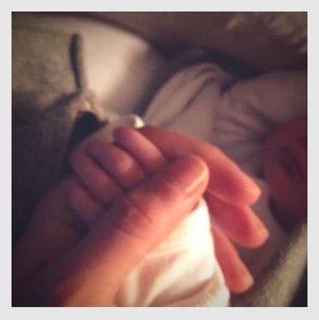 A modelo publicou uma foto da mão da filha, com novidades sobre o nascimento