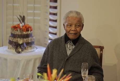 Nelson Mandela tiene 94 años de edad.
