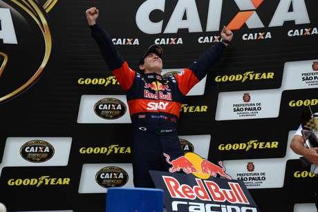 Cacá Bueno comemora pentacampeonato da Stock Car em SP