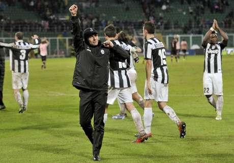 El técnico Antonio Conte y los jugadores de la Juventus festejan el triunfo que mantiene líder al equipo de Turín.