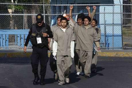 Diez mujeres, de 11 consignadas por los disturbios del 1 de diciembre, fueron liberadas del penal de Santa Martha, en tanto que 45 hombres, detenidos por los mismos hechos, han salido del Reclusorio Norte.<br />