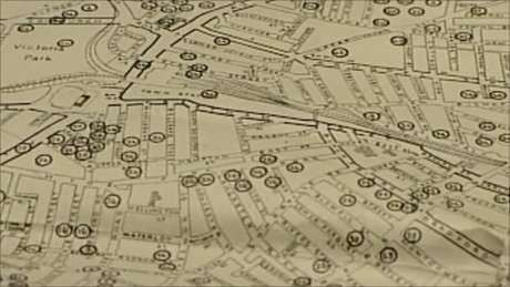 <strong>1. Crean mapa interactivo del bombardeo de Londres. </strong>Tras un año de trabajo, un equipo de la Universidad de Portsmouth presentó un mapa interactivo con la situación exacta de las bombas que cayeron en la capital británica durante la Segunda Guerra Mundial. Fue realizado con datos del Archivo Nacional Británico. El mapa arroja luz sobre la enorme devastación que causó el ataque aéreo alemán durante los ocho meses consecutivos en los que se centró sobre las islas británicas. La página web del mapa y la aplicación para Android también permiten averiguar los tipos de bomba que cayeron sobre Londres.