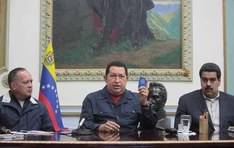 """El sábado, el mandatario venezolano, de 58 años y diagnosticado por primera vez con cáncer en 2011, informó que viajaría el domingo a Cuba para una cuarta intervención quirúrgica, pidiendo además a los venezolanos que eligieran a Maduro presidente si él quedara """"inhabilitado"""" para ejercer el nuevo mandato que debe asumir el 10 de enero."""