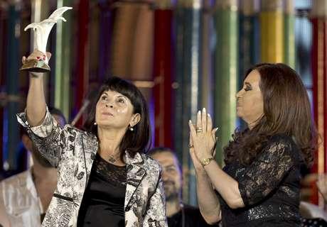 La presidenta argentina Cristina Fernández (der) aplaude a Susana Trimarco luego de entregarle un premio de derechos humanos el 9 de diciembre del 2012 en Buenos Aires. Empeñada en encontrar a una hija desaparecida, Trimarco ha rescatado a cientos de mujeres que estaban siendo forzadas a prostituirse.