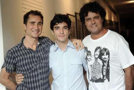 Caio Blat posa entrre os colegas de elenco Felipe Camargo (dir) e João Miguel (esq)