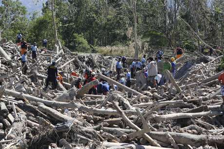 """Las autoridades filipinas elevaron hoy a 647 los muertos por el paso del tifón """"Bopha"""" que asoló la semana pasada el centro y sur del archipiélago, mientras que 780 personas continúan desaparecidas y los heridos ascienden a más de 1.400."""