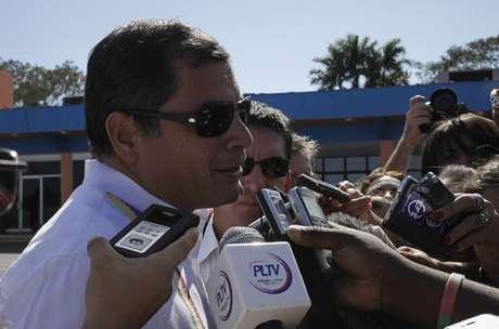 Rafael Correa conversa com jornalistas ao desembarcar no aeroporto José Marti, em Havana, na segunda-feira