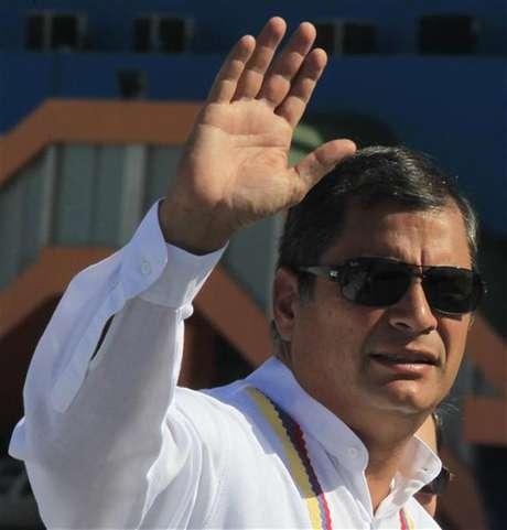 """Presidente do Equador, Rafael Correa, acena ao desembarcar em Havana, Cuba. O presidente da Venezuela, Hugo Chávez, está """"bem"""", apesar de ter passado por uma cirurgia complexa contra um câncer, disse Correa, nesta quarta-feira. 10/12/2012"""