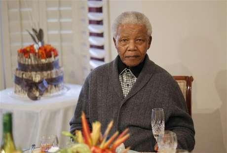 El ex presidente sudafricano Nelson Mandela, de 94 años, continúa hospitalizado