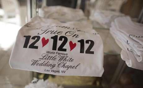 Las Vegas, la tierra de las bodas instantáneas, no iba a dejar escapar la oportunidad más reciente para ganar dinero con esta fecha: el día 12 del mes 12 del año 12. Y vaya que muchas parejas aprovecharon este 12-12-12 para casarse.<br />