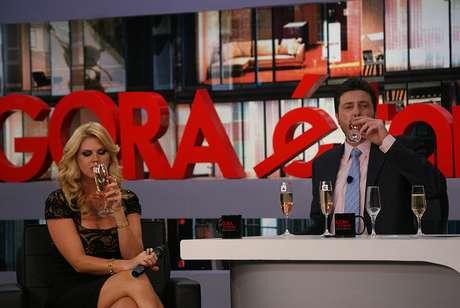 Socialite e Danilo Gentili tomam champanhe durante gravação do programa