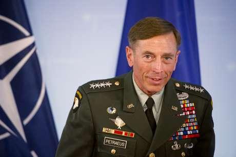 <p>La inesperada dimisión por adulterio del director de la CIA, David Petraeus, sacudió en 2012 la política en EE.UU. y descabezó esa agencia de inteligencia en un</p><p>momento difícil mientras se investiga el ataque al consulado estadounidense en Bengasi que mató al embajador y a otros tres funcionarios.</p>