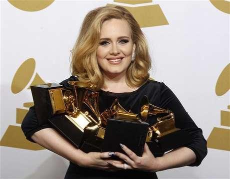 Cantora Adele segura seus seis Grammy, na cerimônia de premiação em Los Angeles