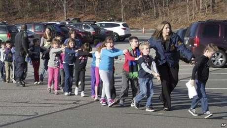 Una maestra saca a los alumnos de las clases.