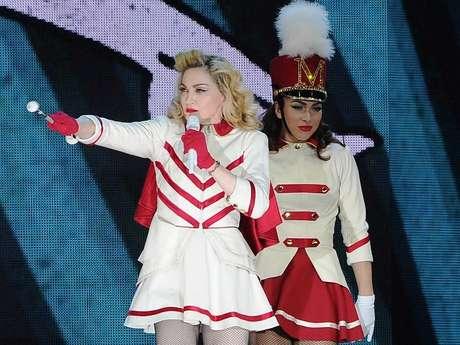 Una hora y media después de lo anunciado, Madonna subió al escenario de River para arrancar el primer show en Buenos Aires de su MDNA tour. La gente, impaciente, hacía rato que insultaba a la madre de la Reina del Pop. Pero arrancó el canto gregoriano de la intro, que le dio un tenue aire de religiosidad a un escenario que dejaba ver una cruz con las letras MDNA, y todo enseguida se transformó en pop.