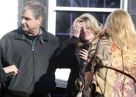 Familiares reagem no lado de fora da escola primária Sandy Hook após um tiroteio em Newtown, Connecticut, nos Estados Unidos, nesta sexta-feira. 14/12/2012