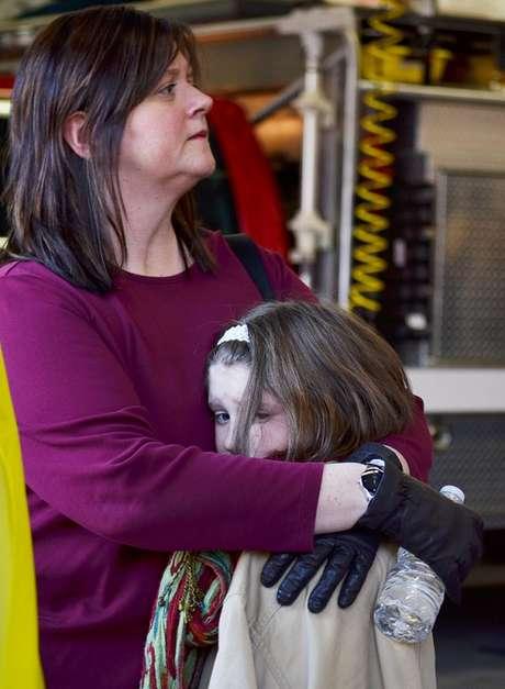 Las familias de los alumnos de la escuela acudieron rápidamentepara buscar a sus familiares, muchos de ellos padres muy espantados.