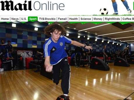 El zaguero David Luiz muestra sus habilidades con una bola de boliche.