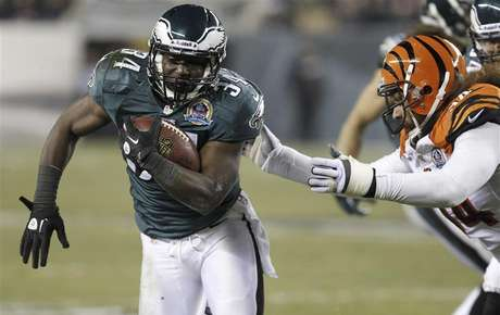 Philadelphia Eagles Bryce Brown (34) avoids a tackle from the Cincinnati Bengals Domata Peko (R) during the second quarter of their NFL football game in Philadelphia, Pennsylvania, December 13, 2012.