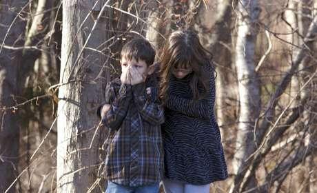 Crianças se assustam com o tiroteio na escola primária Sandy Hook, em Newtown, no Estado de Connecticut