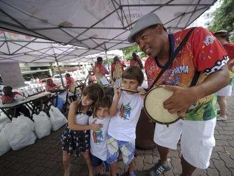 Lançamento da camiseta do tradicional bloco animou crianças, moradores e turistas, que perguntavam se já era Carnaval no Rio de Janeiro, neste sábado (15)
