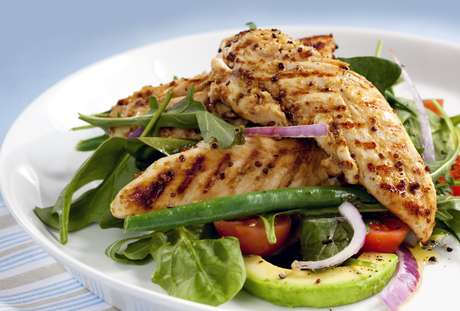 Alimentos ricos em proteína, como frango, peixe e clara de ovo, ajudam a acelerar o metabolismo