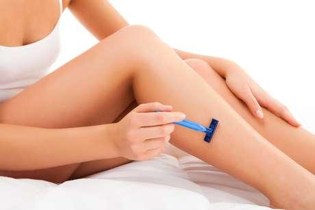 Durante a retirada dos pelinhos com a lâmina de barbear, os movimentos devem ser feitos no sentido contrário ao crescimento do pelo para não irritar a cútis